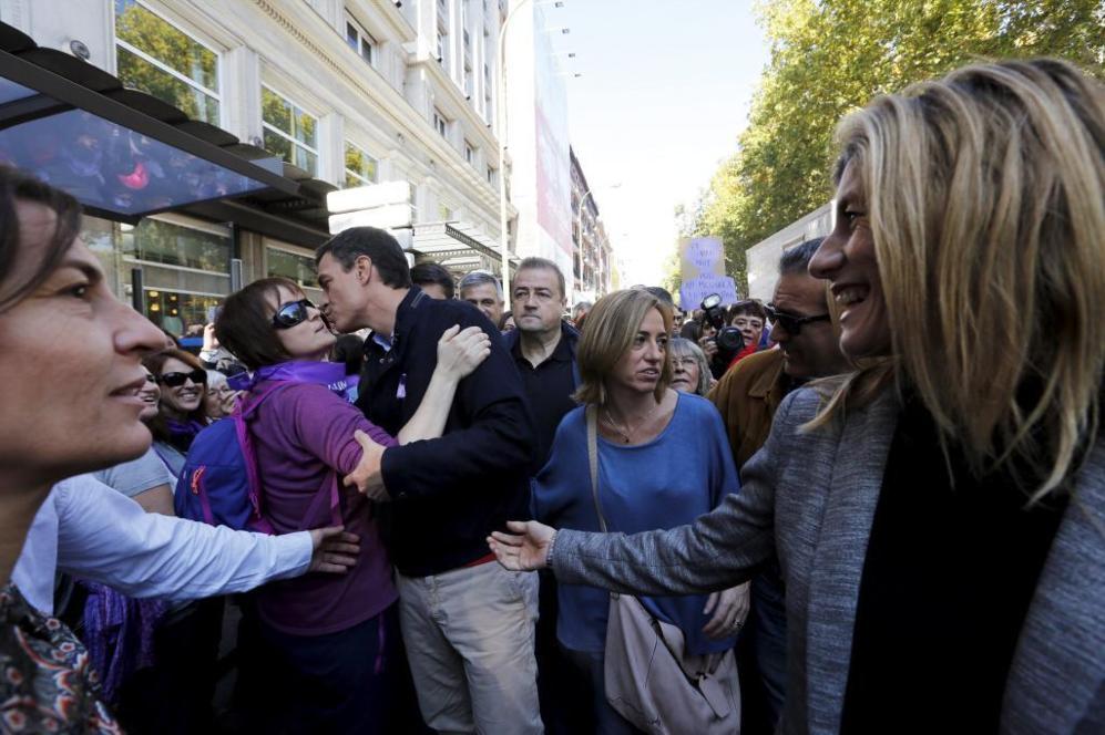 El secretario general del PSOE, Pedro Sánchez, saluda a sus...