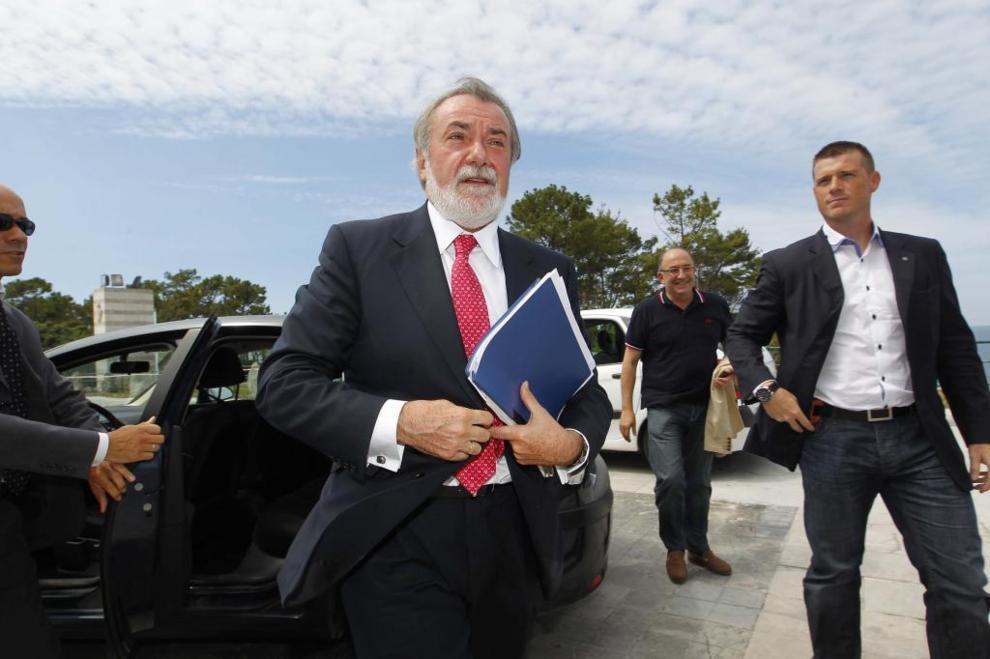 El ex ministro del Interior Jaime Mayor Oreja antes de participar en...