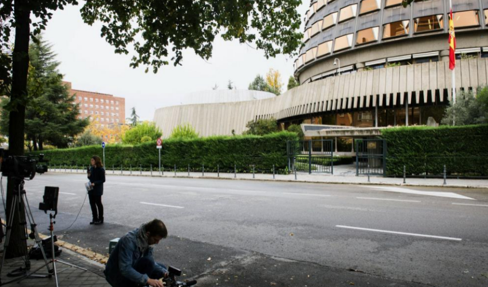 Un cámara graba la sede del Tribunal Constitucional, en Madrid.