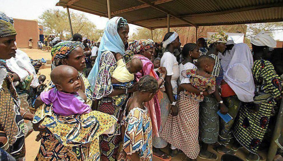 Varias mujeres y niños, en Mali.
