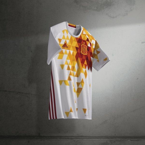 La llamativa segunda camiseta de España - La selección española desveló  cuál será la...  2f03ada51c810