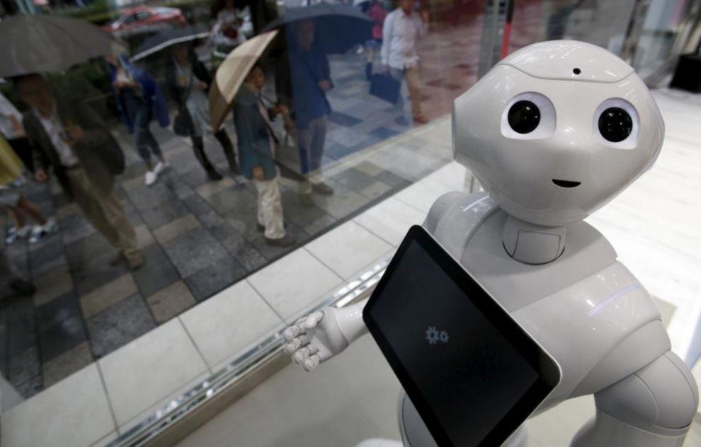 Un robot con aspecto humanoide en un escaparate de Tokio.