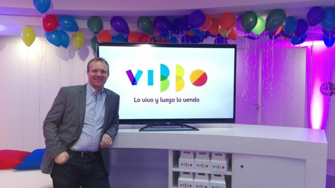 Frode Nordseth, CEO de Schibsted Spain, posando junto al nuevo logo de...