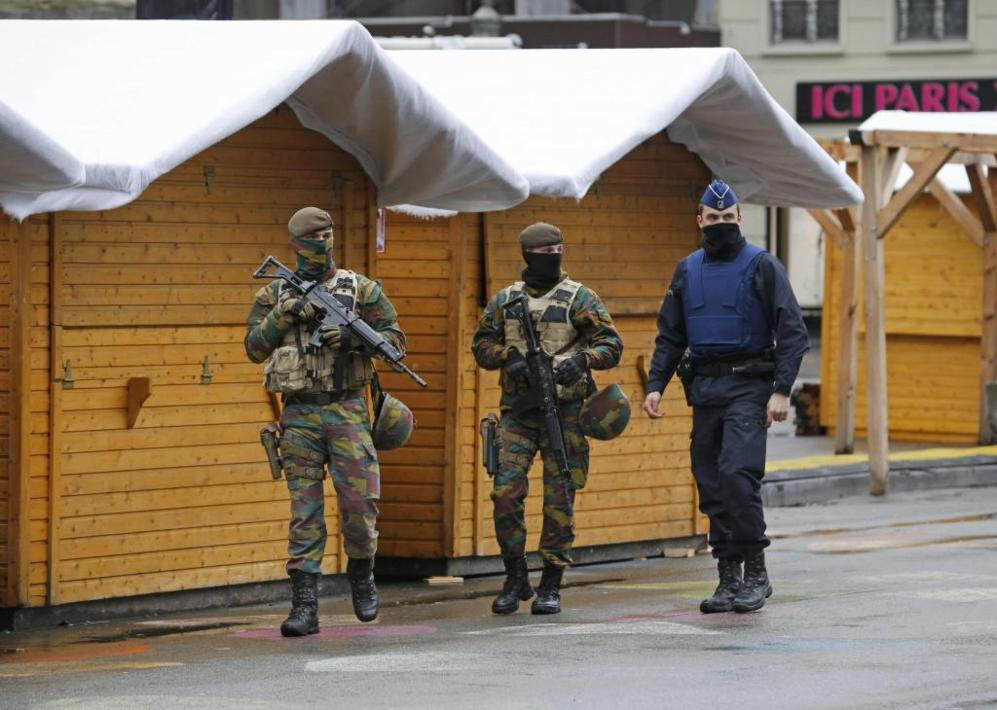 Varios soldados belgas patrullan las calles de la capital ante el...