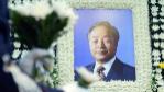 Retrato de Kim Young-Sam en un altar en su honor levantado en el...