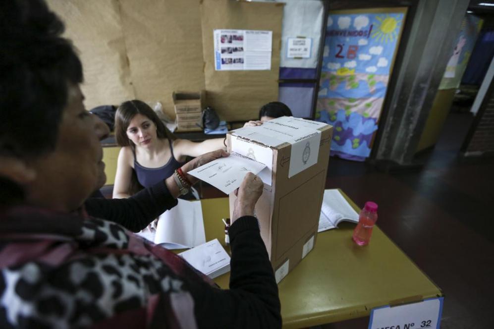 Una mujer vota en un colegio electoral en Buenos Aires.