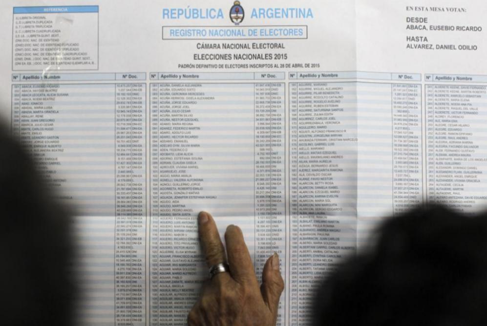 Una mujer consulta el listado con el registro nacional de electores.