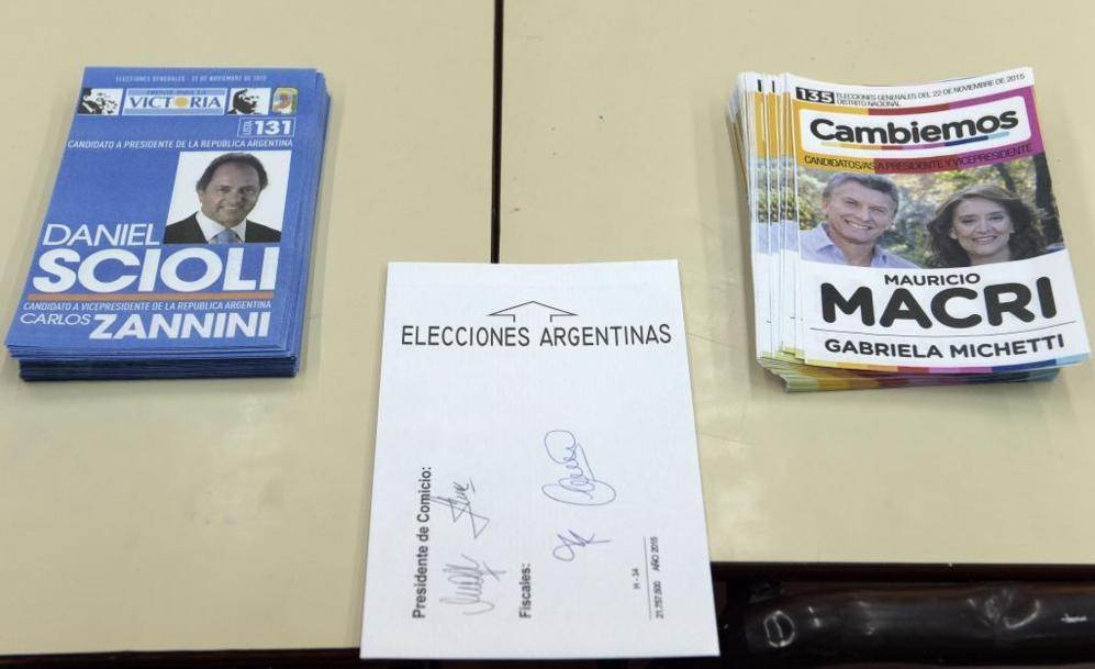 Varios montones con los dos partidos que se juegan las elecciones.
