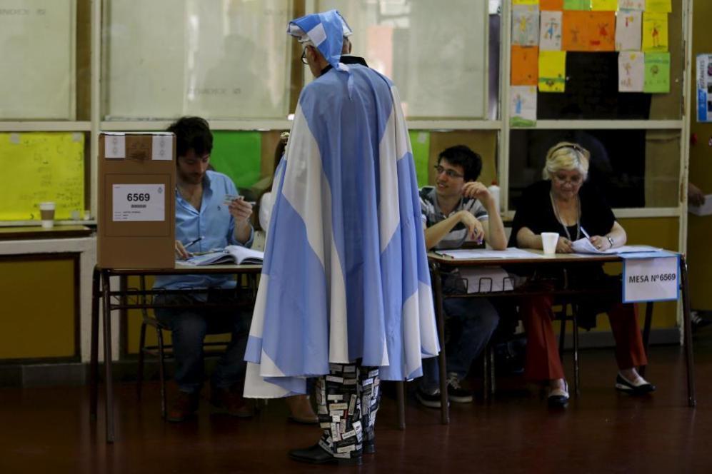 Un argentino ha escogido este particular atuendo para votar en las...