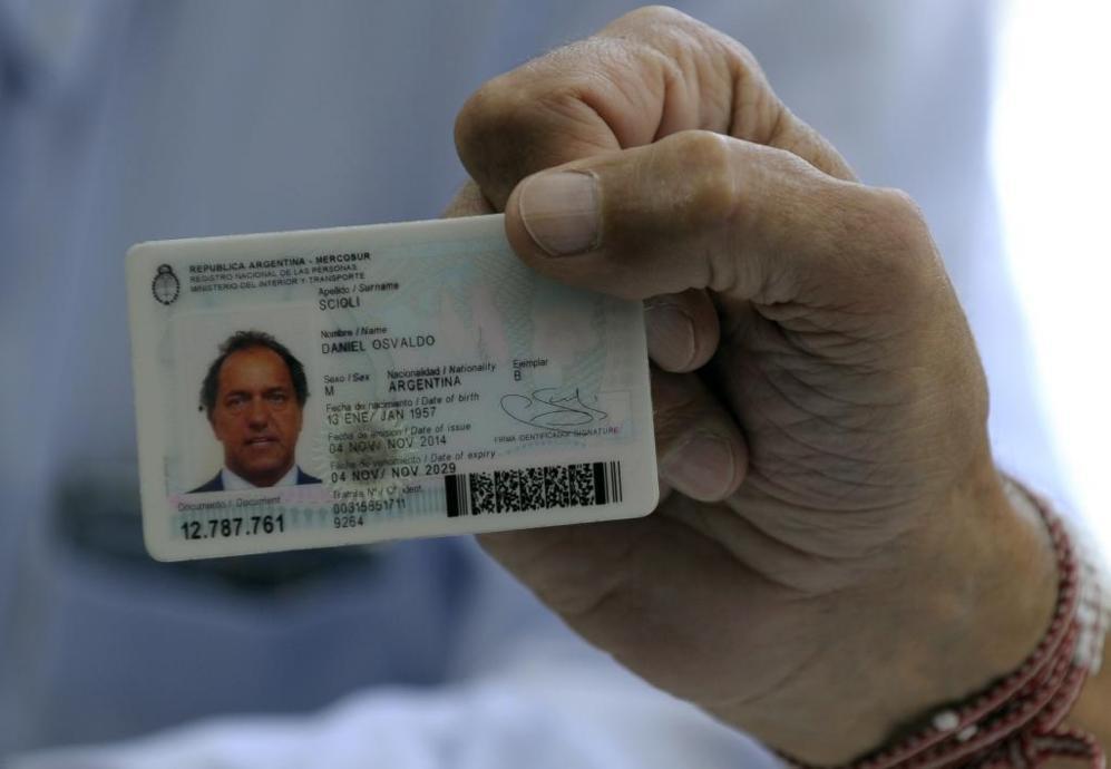 El carnet de identidad de Daniel Scioli.