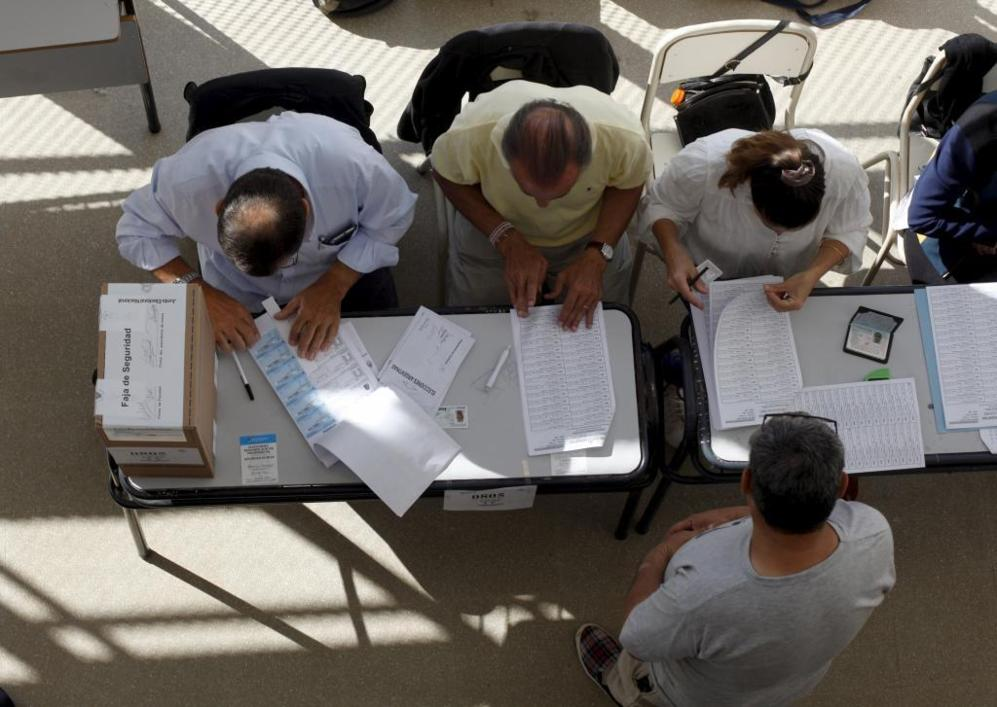 Los miembros de una de las mesas electorales de Buenos Aires...