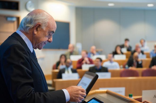 Francisco González durante su conferencia en Harvard