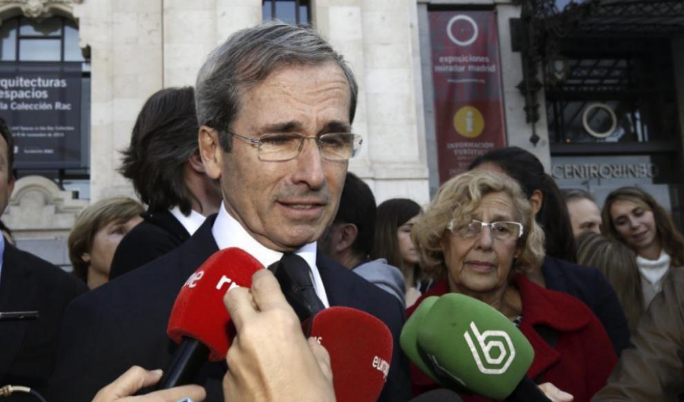 El embajador de Francia en España, Ives Saint-Geours, atienda a la...