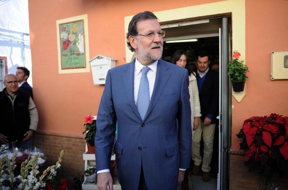 Mariano Rajoy sale de una floristería durante una visita a la...