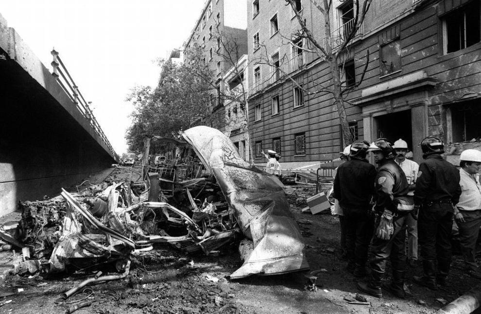 Los equipos de emergencias, en el lugar del atentado el 21 de junio de...