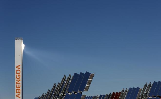 Una torre dentro de la planta solar Solucar en Cádiz