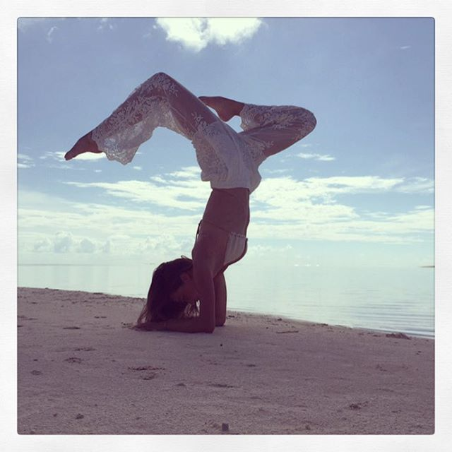 Miranda Kerr haciendo yoga