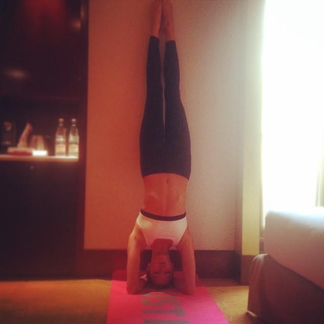 Karlie Kloss haciendo yoga