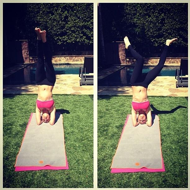 Kaley Cuoco practicando yoga