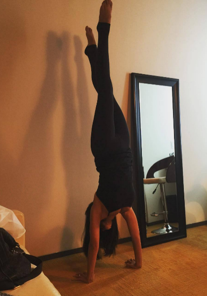 Hilaria Baldwin haciendo yoga