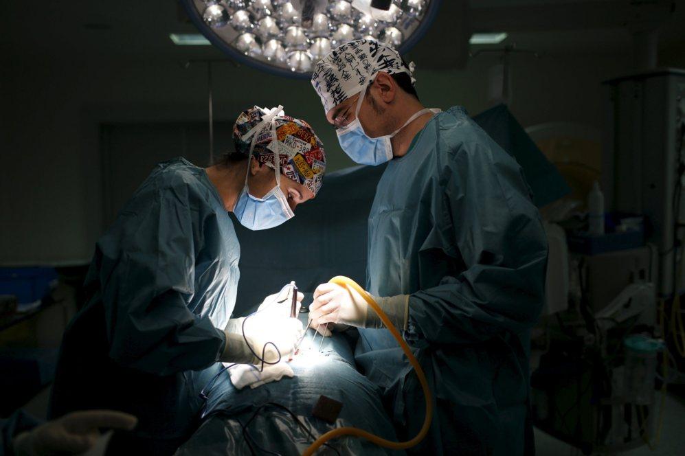La neurocirujana María Román, de 32 años, operando una hernia...