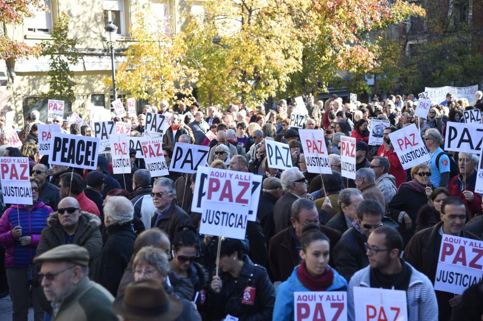 Decenas de pancartas con un mismo mensaje: Paz y justicia.