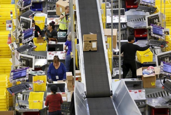 Trabajadores durante el 'Cyber Monday' en el centro logístico de...