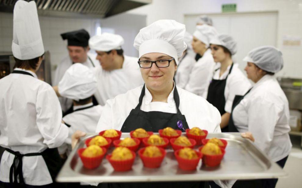 Ana Belén muestra las magdalenas elaboradas en el taller de cocina al...