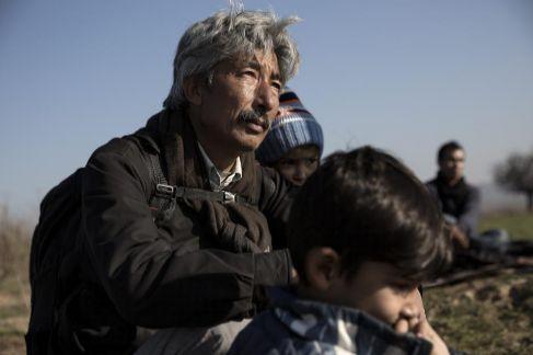 Una familia de refugiados afganos, de etnia hazara, descansan en la...