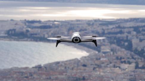 Con el mando de control Skycontroller, el Bebop puede alejarse hasta...