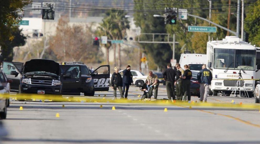Los investigadores trabajan en el lugar del tiroteo.