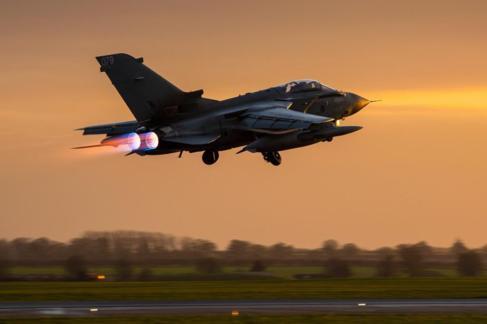 Avión Tornado GR4 despegando  de la base aérea de la RAF en...