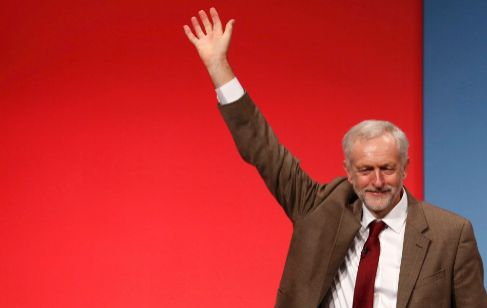 El líder laborista, Jeremy Corbyn, saluda después de una conferencia...