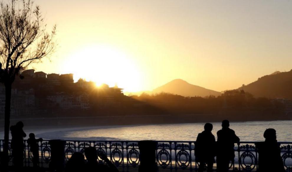 Atardecer en el paseo de La Concha, de San Sebastián.
