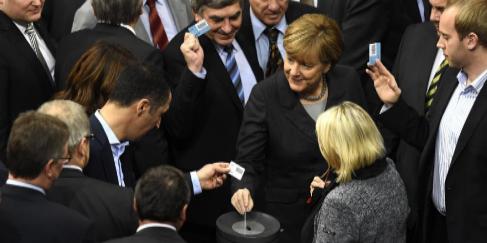 La canciller alemana Angela Merkel votando hoy en el Bundestag.