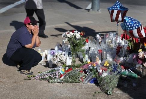 Flores y velas en el lugar de la masacre en San Bernardino.