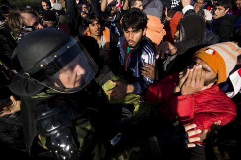 La policía macedonia se enfrenta a los refugiados en Idomeni, Grecia.