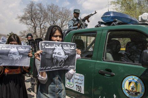 Jóvenes afganas protestan en Kabul contra la violencia de género.