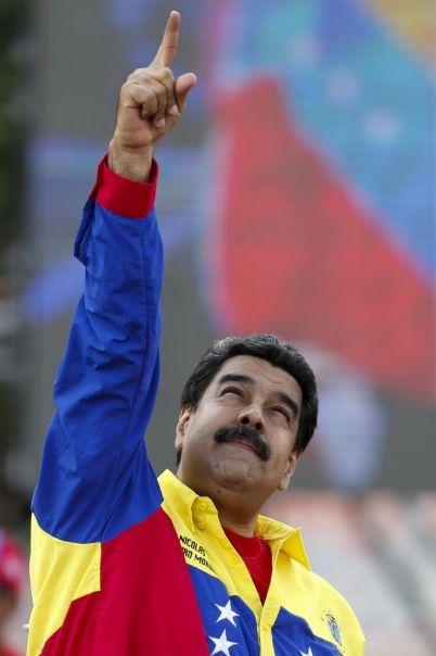 Maduro señala al cielo durante un mítin en Caracas.
