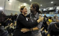 Pablo Iglesias y Ada Colau se abrazan en un momento del mitin.