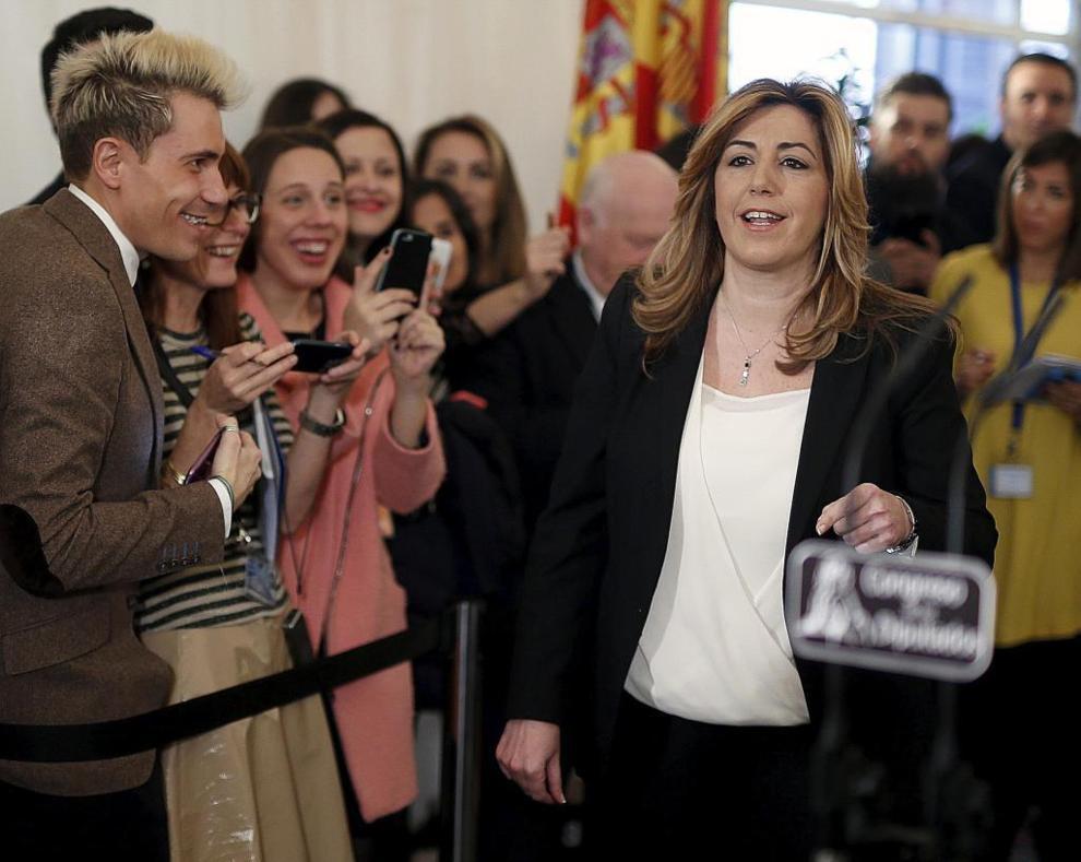 Susana Díaz atiende a la prensa en el Congreso.
