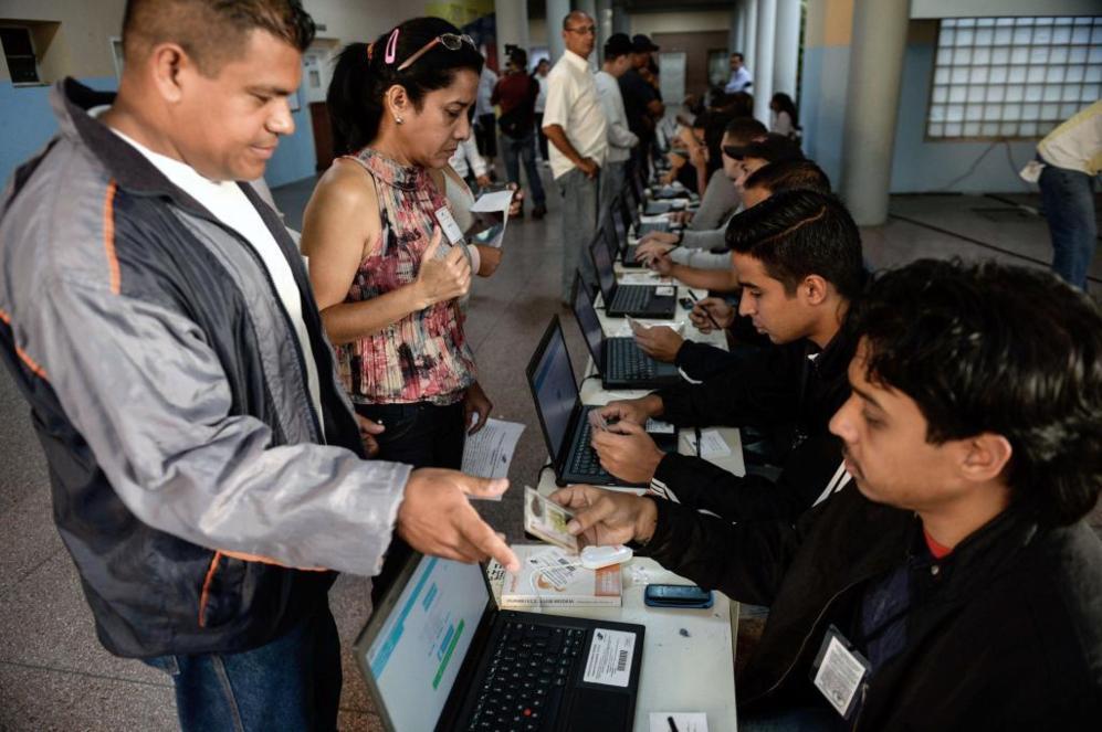 La gente vota en un centro electoral en Caracas.