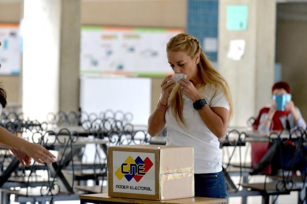 La esposa de Leopoldo López, Lilian Tintori, besa la papeleta de su...