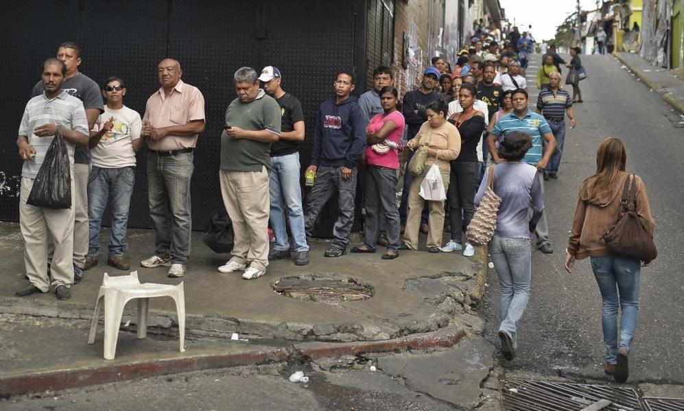 En las calles de Caracas, largas colas de gente que esperan para votar...