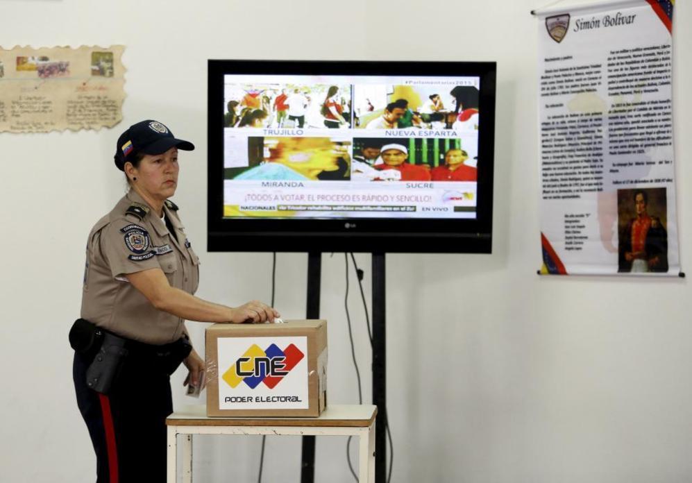 Una oficial de policía vota en un centro electoral de Caracas.
