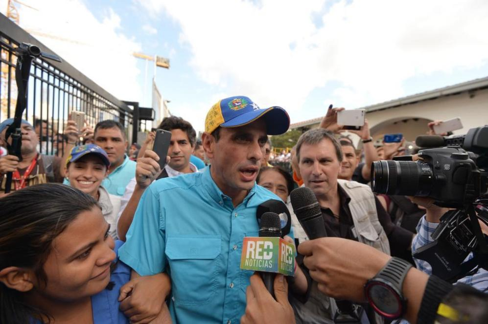 Capriles atiende a los medios de comunicación a las puertas del...