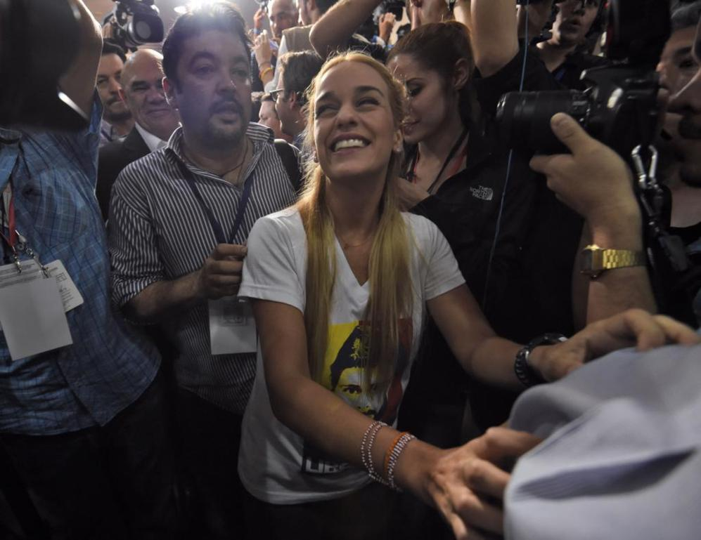La esposa del líder opositor encarcelado Leopoldo López celebra la...