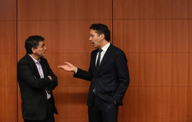 Euclides Tsakalotos, ministro de Finanzas griego y Jeroen...