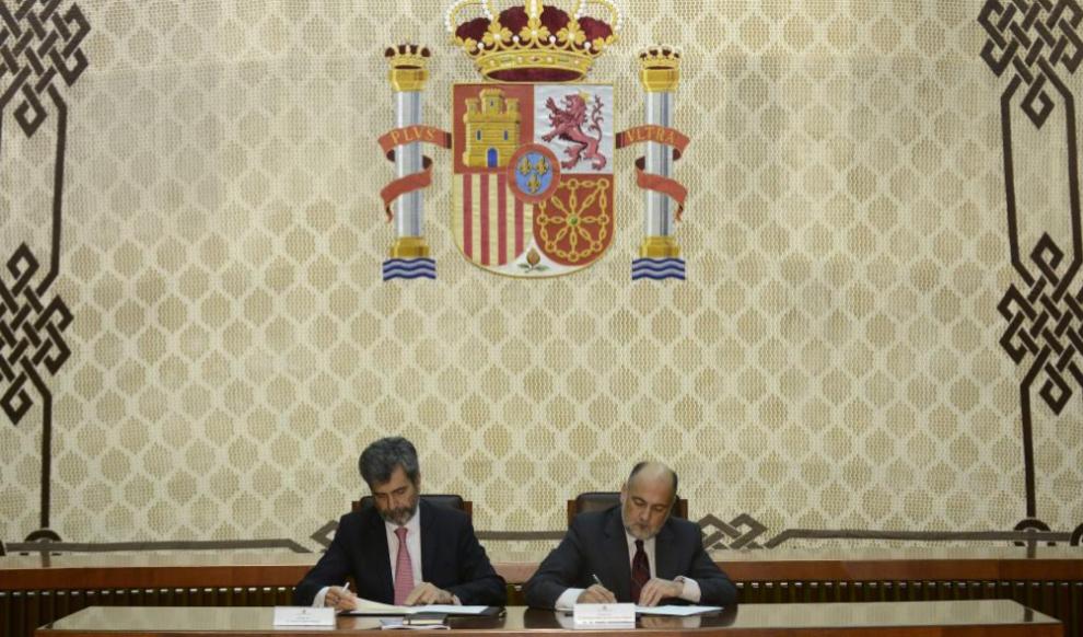 Los presidentes del Supremo y del CGPJ, Carlos Lesmes (izqda.), y del...