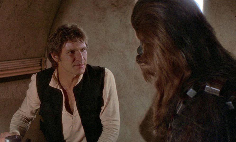 <strong>LO QUE PUDO SER Y NO FUE.- </strong> Antes de que George Lucas diera con el guión definitivo de 'Star Wars', en marzo de 1976, hubo varios borradores con ideas que fueron desechadas. Por ejemplo, que Han Solo fuera un alien verde sin nariz que respirara gracias a unas branquias. Nada de un jovencísimo Harrison Ford acompañado siempre de su fiel Chewbacca, que de ser por esos primeros guiones no sería un Wookiee, sino un Jawa. Lucas también planeó que R2-D2 pudiera hablar un inglés básico, lo que habría hecho muy diferentes sus conversaciones con C3PO. <p>Pero lo que sin duda hubiera cambiado la saga fue la posibilidad de que Luke Skywalker, bautizado Skykiller en estos primeros borradores, fuera una chica. Descartada esta idea, Lucas barajó convertirlo en un enano, ya que ansiaba una historia con protagonistas de tamaño reducido. Esa opción también fue desechada, aunque Lucas no renunció completamente a los enanos y 11 años más tarde escribió y produjo 'Willow': ya tuvo al héroe menudo que tanto quería.</p>